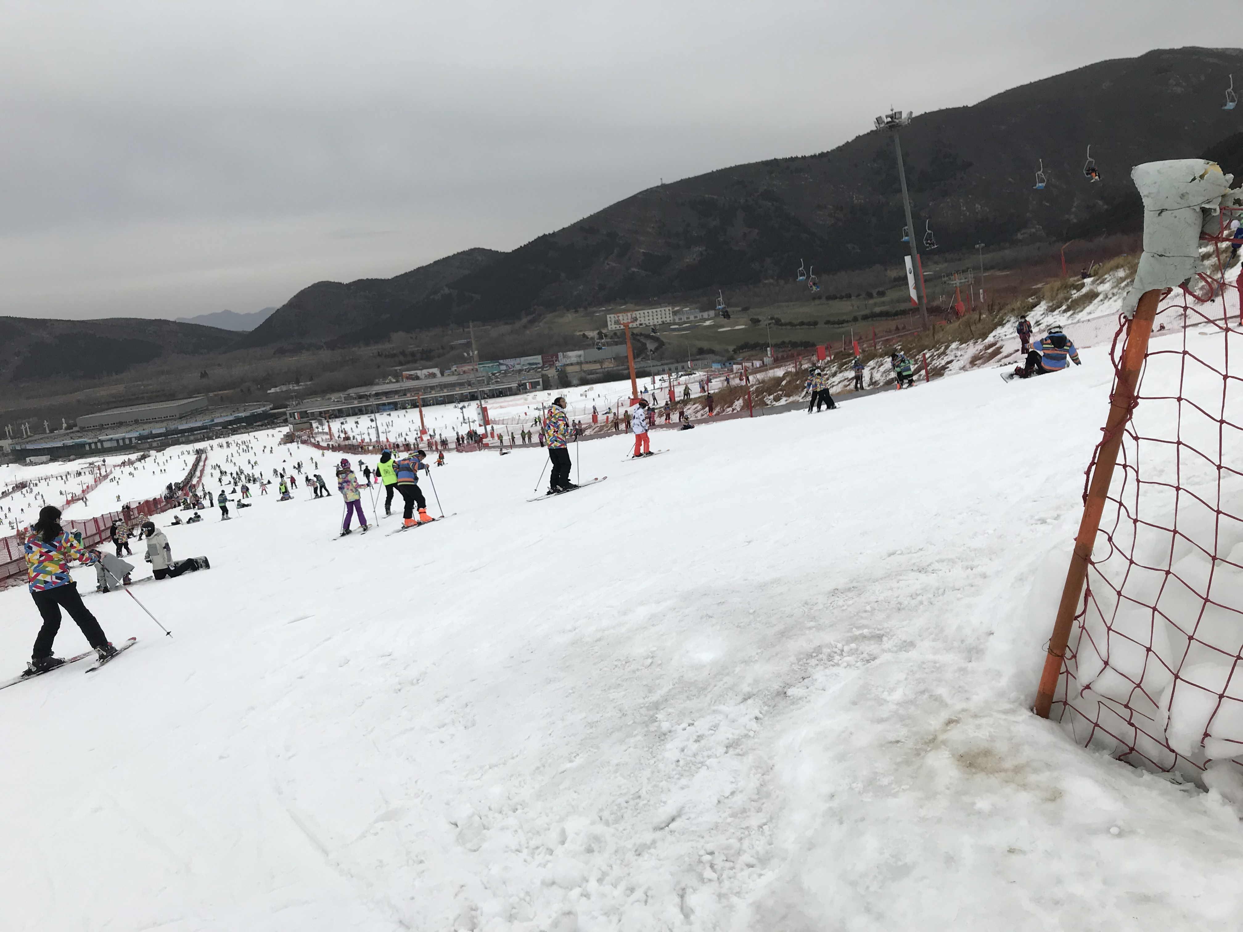 12月22日由圆方冒险委员会组织同学们去北京渔阳国际滑雪场滑雪, 快看快看,我们到滑雪场了,好期待呀,我不会滑雪,但肯定好玩,我一定要好好学习滑雪同学们 你一言我一语的交流着。 学生们满满的期待,一幅幅跃跃欲试的表情走进滑雪场,滑雪教练为同学们讲解了滑雪板正确穿卸方法、滑雪时应该掌握的安全知识,包括正确摔倒姿势、正确站起姿势、初级滑雪者握雪仗的方式等注意事项。讲解结束后,滑雪教练依次为每一位同学检查了滑雪装备,确保每一位同学都正确穿戴好滑雪装备。同学们根据教练讲的技巧,先开始热身,接着进行平底练